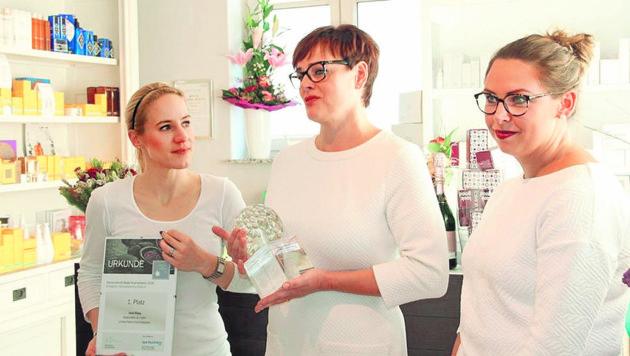 Irmi Ries (Mitte) freut sich gemeinsam mit ihren Mitarbeiterinnen Sophia (l.) und Ulrike (r.) über die Auszeichnung des Fachmagazins.