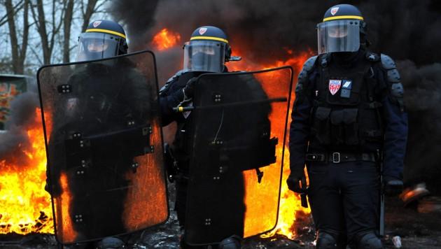 """Die französische Polizei hat wegen der landesweiten Aktionen der """"Gelben Westen"""" alle Hände voll zu tun. (Bild: APA/AFP/FRANCOIS LO PRESTI)"""