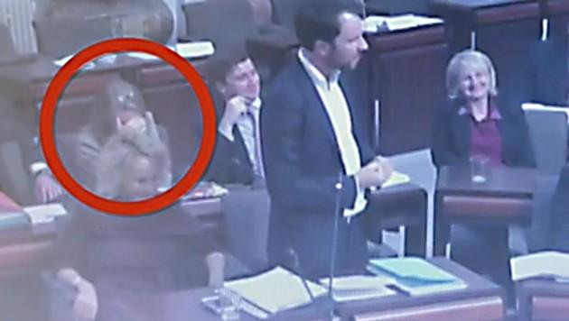 Georg Dornauer während seiner Rede im Landtag. Seinen Parteikolleginnen links von ihm, Elisabeth Blanik und Elisabeth Fleischanderl, steht das Entsetzen ins Gesicht geschrieben. (Bild: Landtag Tirol)