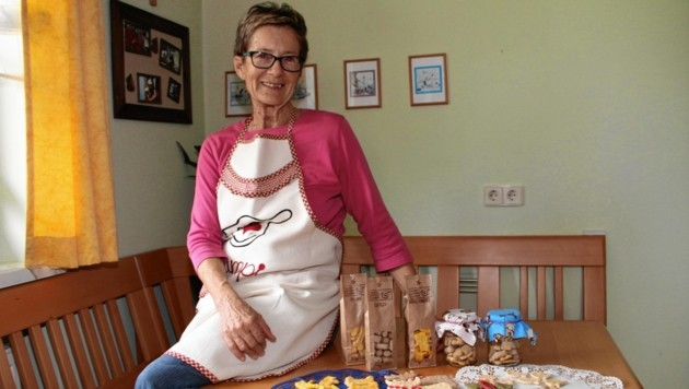 Sophie Legat mit einer Auswahl ihrer knusprigen Kekse für Hunde und Katzen.