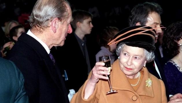 Queen Elizabeth prostet Prinz Philip zu.
