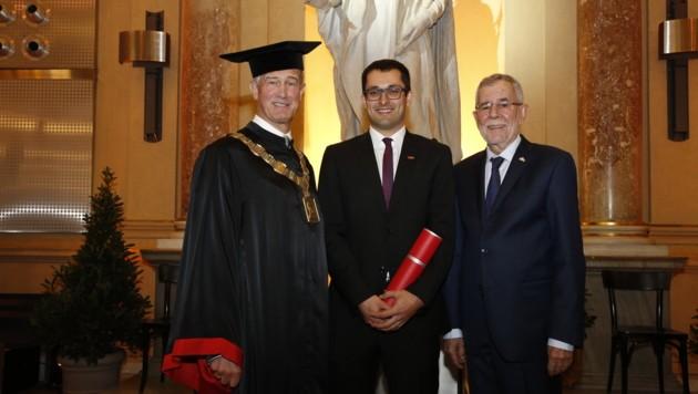 Martin Forstinger (Mitte) wurde von Uni-Rektor und Bundespräsident geehrt.