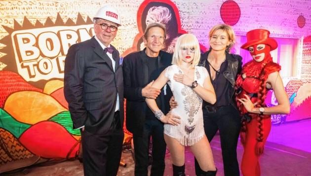 Anne Marie und Hans Schullin mit Gisbert L. Brunner (links) sowie zwei Show-Girls (Bild: Jorj Konstantinov)