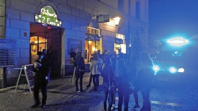 Kein Bild mit Seltenheitswert: Ein Rettungseinsatz am Altstadteingang, wo die Party steigt.