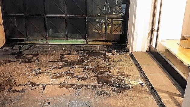 Die Flecken des Urins vor den Geschäften sind gut sichtbar. (Bild: Paul Bloder)