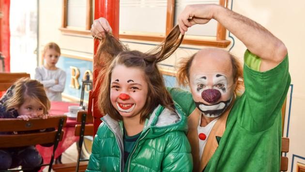 Johanna Comploj (7) aus Linz mit Clown Anatoli.