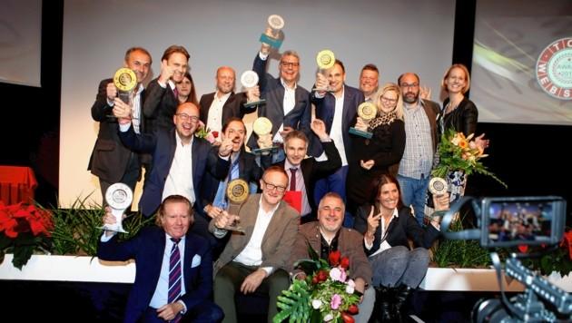 Die Webshop-Sieger mit Spartenobmann R. Haberl und WK-Vizepräsidentin Carmen Goby (Bild: WKK/QSpictures)