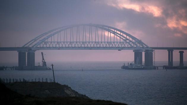 Die Krim-Brücke über die Straße von Kertsch verbindet die Schwarzmeerhalbinsel mit der russischen Region Krasnodar. (Bild: AP)