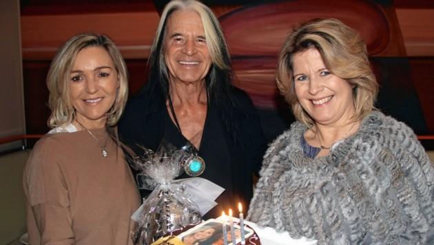 Vitalhotel-Chefin Claudia Wendner (r.) gratulierte Waterloo zum 73. Geburtstag