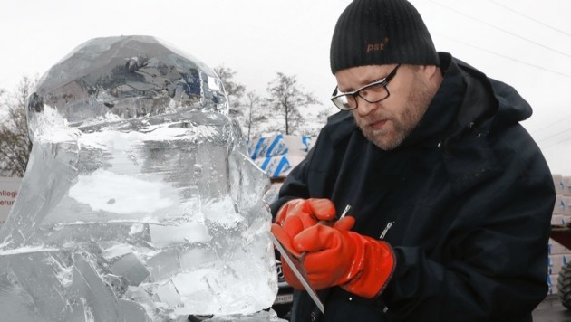 Der finnische Eiskünstler Kimmo Frosti bei der Arbeit.
