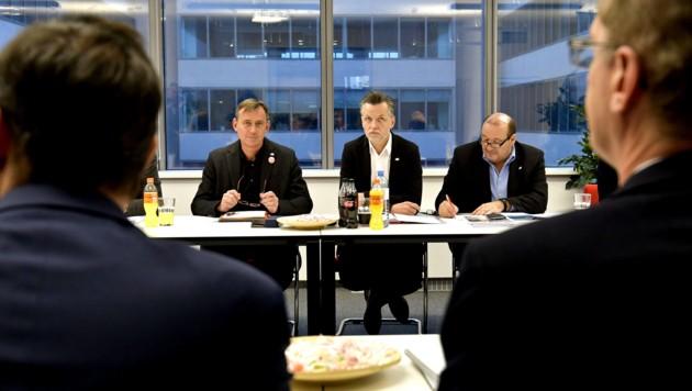 vida-Chef Roman Hebenstreit (Mitte) und Arbeitgeber-Chefverhandler Thomas Scheiber (re.) (Bild: APA/HERBERT NEUBAUER)