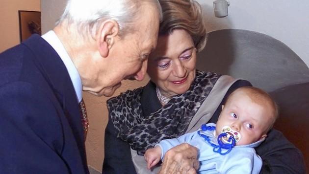 Der 20 Wochen alte Gabriel Karas mit seinen Großeltern (Bild: Alexander Tuma)