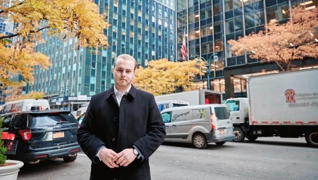 Gabriel Karas vor Österreichs ständiger Vertretung bei der UNO in New York (Bild: JAY KAN PHOTOGRAPHY)