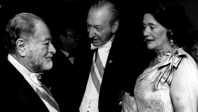 Der damalige Bundespräsident Kurt Waldheim mit Gattin Elisabeth im Gespräch mit dem ehemaligen Bundeskanzler Bruno Kreisky auf dem Wiener Opernball 1986 (Bild: ROBERT JAEGER / APA / picturedesk.com)