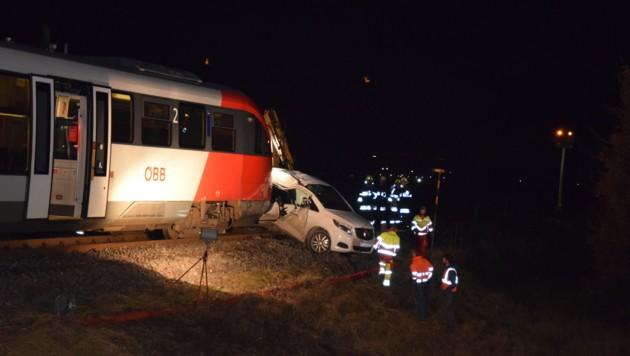 Zug erfasste Auto in Aich im Lavanttal (Bild: Georg Bachhiesl)
