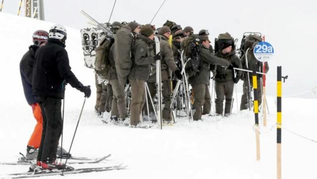 Soldaten des Bundesheeres im Lawinen-Einsatz (Bild: APA/ZOOM-Tirol)