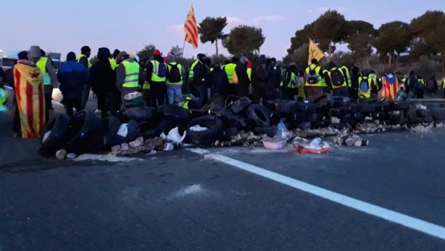Etwa 200 Separatisten blockierten am Wochenende die Autobahn AP-7 südlich von Tarragona. (Bild: twitter.com)