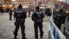 Polizisten auf dem Nürnberger Weihnachtsmarkt (Bild: AFP)