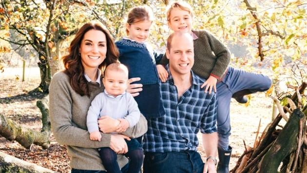 Dieses Foto ziert die Weihnachtskarte 2018 von Prinz William, Herzogin Kate, Prinz Louis, Prinzessin Charlotte und Prinz George. (Bild: www.twitter.com)