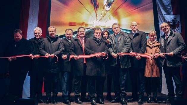 Zahlreiche Ehrengäste waren bei der offiziellen Verkehrsfreigabe dabei. (Bild: Bernhard Stelzl)