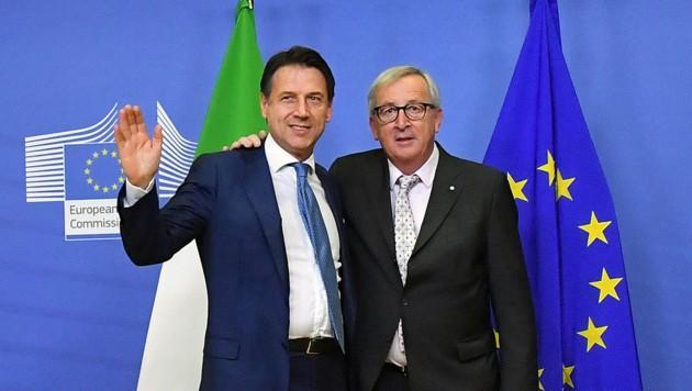Die Differenzen bezüglich des Schuldenbudgets zwischen Brüssel und Rom sind ausgeräumt: Italiens Premier Giuseppe Conte und EU-Kommissionspräsident Jean-Claude Juncker (Bild: APA/AFP/Emmanuel DUNAND)