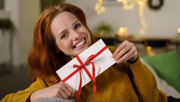 Anstatt der sonst üblichen Weihnachtsfeiern könnte man den Arbeitnehmern laut NÖAAB und Wirtschaftsbund heuer mit steuerfreien Gutscheinen eine Freude machen. (Bild: ©contrastwerkstatt - stock.adobe.com)
