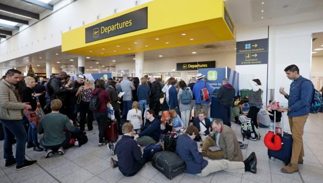 Chaos am Flughafen London-Gatwick (Bild: Associated Press)