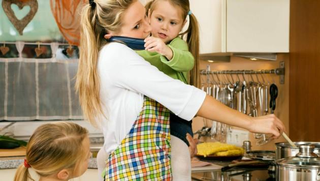 Nicht zuletzt aufgrund von Corona werden Frauen wieder vermehrt in klassische Rollenbilder gedrängt (Bild: ©Kzenon - stock.adobe.com)