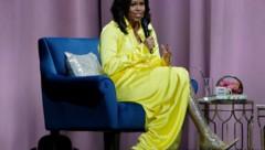 """Michelle Obama stellt im Barclays Center in New York in unglaublichen Glizerboots ihr Buch """"Becoming: An Intimate Conversation with Michelle Obama"""" vor (Bild: AP)"""