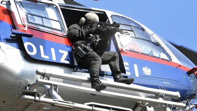 Polizeihubschrauber und Cobra fahndeten (Symbolfoto). (Bild: APA/Robert Jäger)