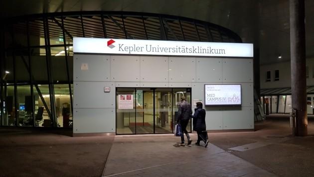Der Eingang zum Med Campus IV des Kepler Universitätsklinikums in Linz: Das ist die ehemalige Landesfrauen- und -kinderklinik. (Bild: Werner Pöchinger)