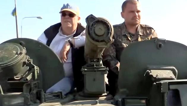 """Christian Wehrschütz für seine ORF-Doku """"Mein Donezk"""" auf einem Panzer in der Ostukraine (Bild: tvthek.orf.at)"""