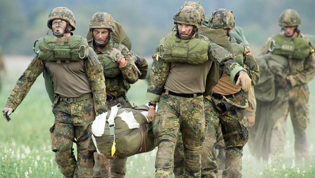 Der Fachkräftemangel trifft auch die Bundeswehr in Deutschland. Nun gibt es Überlegungen, die Lücken mit EU-Ausländern zu füllen. (Bild: APA/AFP/dpa/Klaus-Dietmar Gabbert)