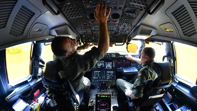 Bundeswehr-Piloten im Cockpit des Transportflugzeugs Airbus A400M (Bild: APA/AFP/Tobias SCHWARZ)