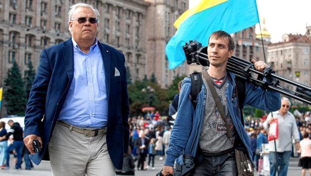 """Christian Wehrschütz mit Kameramann Sascha in Kiew. Auch dieser wird verdächtigt, ein """"Agent Russlands"""" zu sein ... (Bild: ORF, krone.at-Grafik)"""
