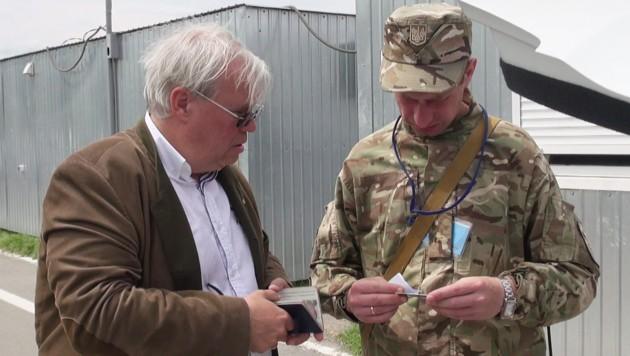 Christian Wehrschütz bei einem Dreh in Donezk (Bild: ORF)