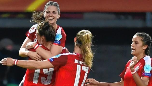 Sarah Zadrazil (oben) stand bei der allerersten Wahl zu Österreichs Fußballerin des Jahres ganz oben auf dem Treppchen, Laura Feiersinger (ganz rechts) wurde Zweite. (Bild: AFP)