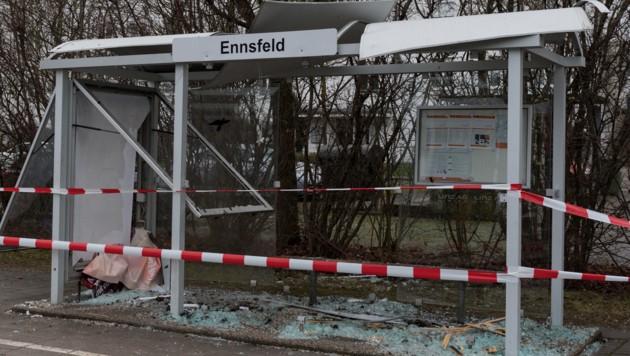 Die Haltestelle Ennsfeld in Linz wurde durch den Böller total demoliert (Bild: FOTOKERSCHI.AT/KERSCHBAUMMAYR)