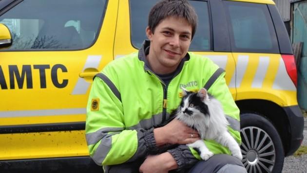 Daniel Lassacher befreite die Katze aus dem Motorraum des Autos. (Bild: ALOISIA GURTNER/ÖAMTC)