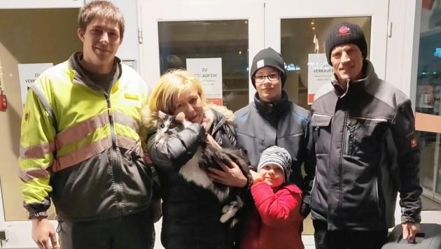 Daniel Lassacher und Familie Unterholzer mit der geretteten Sindy. (Bild: Privat/ÖAMTC)