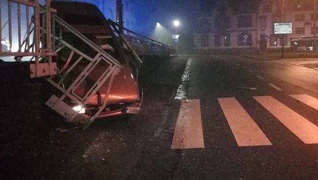 Nach dem Unfall suchte der Lenker mit den Kennzeichen das Weite - und ließ sogar noch das Scheinwerferlicht brennen. (Bild: Polizei)