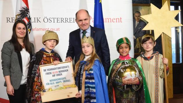 Nationalratspräsident Wolfgang Sobotka mit den Sternsingern der Pfarre Gersthof