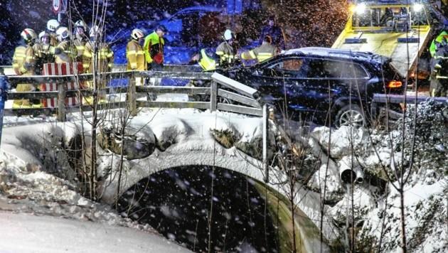 Der 73-Jährige prallte mit dem Auto gegen das Brückengeländer. Er stieg aus und stürzte in das Bachbett ab. (Bild: Markus Tschepp)