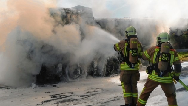 Spektakulärer Einsatz beim Brand eines Lastwagens im Oktober des Vorjahres. (Bild: Berufsfeuerwehr Graz)