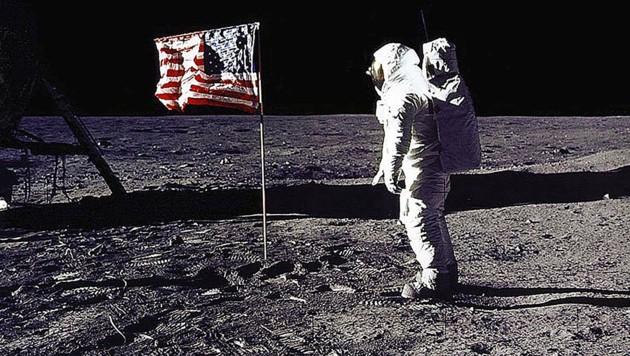 Die US-Flagge auf dem Mond (Bild: APA/AFP)