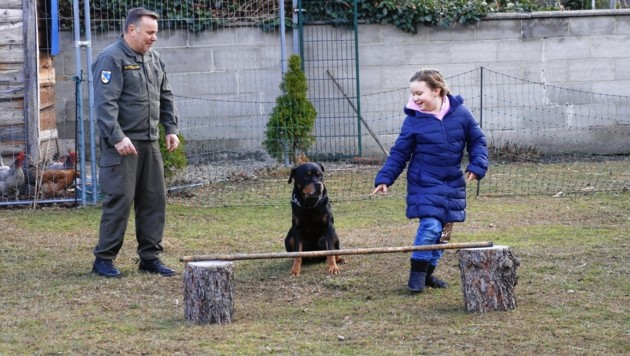 """Martin Hoffmann und Tochter Magdalena toben mit """"Blade"""" im Garten. (Bild: Martin Jöchl)"""