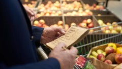 Alltagsbegleiter helfen u. a. beim Einkauf (Symbolbild). (Bild: ©seventyfour - stock.adobe.com)