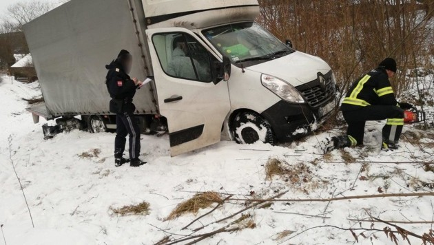 In Niederösterreich kam es immer wieder zu Unfällen auf schneeglatten Fahrbahnen, wie hier im Bezirk Neunkirchen. (Bild: Einsatzdoku.at)