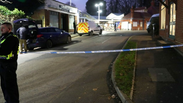 Der Bahnhof in der Ortschaft Horsley wurde nach dem Messer-Mord an Bord eines Zuges abgesperrt. (Bild: AP)