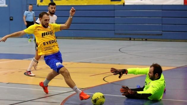 SAK-Goalgetter Mersudin Jukic trifft gegen Puch-Goalie Manuel Aichinger zum zwischenzeitlichen 1:1. (Bild: ANDREAS TROESTER)